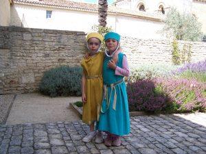 visite de l'abbaye en costume pour les enfants